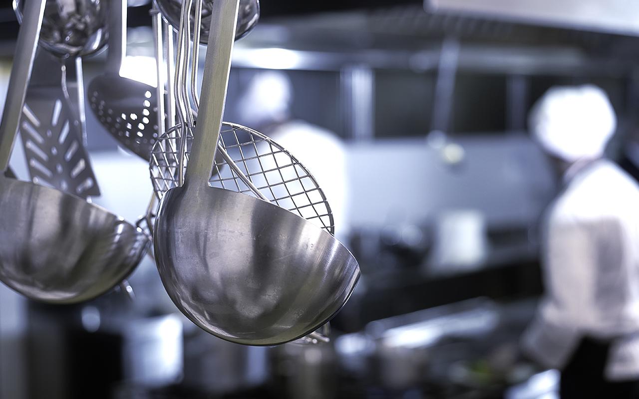 Weisser Großküchentechnik Nahaufnahme Löffel Hotel